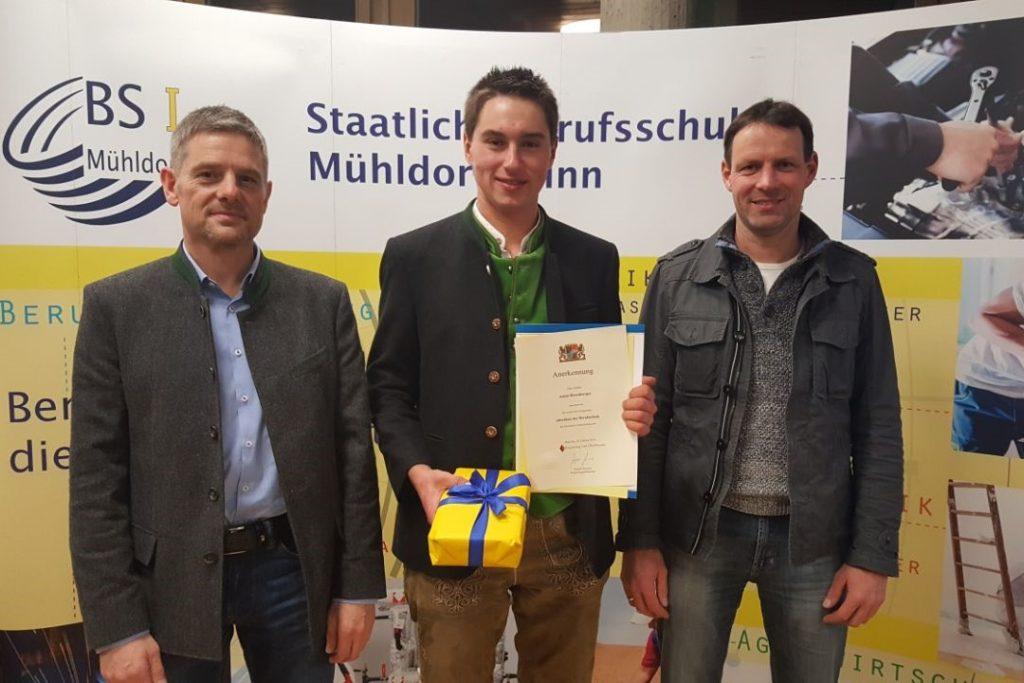 Erfolgreicher Ausbildungsabschluss für Anton Hirschberger